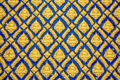 在墙壁上的多彩多姿的泰国灰泥 免版税图库摄影