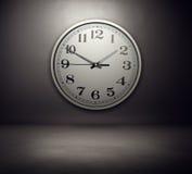 在墙壁上的大时钟 免版税库存图片