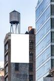 在墙壁上的大白色广告牌。 免版税库存图片