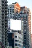 在墙壁上的大白色广告牌。 免版税库存照片