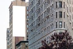 在墙壁上的大白色广告牌。 免版税图库摄影