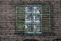 在墙壁上的大黑金属塑料窗口 厨房与花的窗口基石在罐 从窗口太阳明亮地发光 S 库存图片