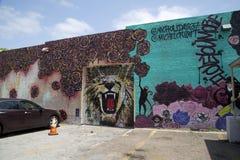 在墙壁上的好的五颜六色的街道画 免版税库存图片