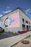 在墙壁上的好的五颜六色的街道画 免版税库存照片