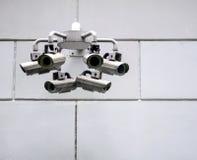 在墙壁上的安全监控相机 免版税库存图片