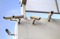 在墙壁上的安全监控相机 免版税库存照片