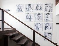 在墙壁上的家庭照片 免版税库存图片