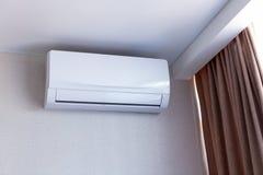 在墙壁上的小空调在公寓的室里面,关掉了  内部在镇静米黄口气 免版税库存照片