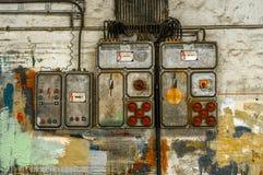 在墙壁上的工业保险丝箱子 免版税库存照片