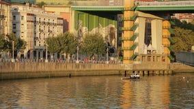 在墙壁上的巨大的五颜六色的图画在La药膏桥梁下在毕尔巴鄂,街道艺术 股票视频