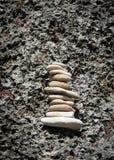 在墙壁上的平衡的岩石 免版税库存图片