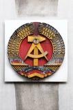 在墙壁上的德意志民主共和国, GDR标志在检查站查理附近在柏林 免版税库存照片