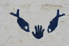 在墙壁上的手和鱼标志在撒哈拉大沙漠 图库摄影