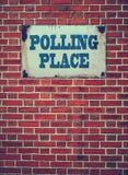 在墙壁上的投票所标志 免版税图库摄影