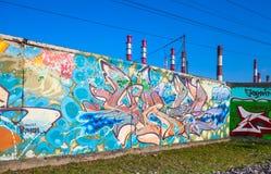 在墙壁上的抽象五颜六色的文本街道画样式 免版税库存照片