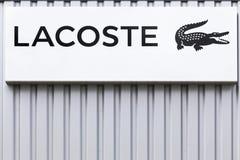 在墙壁上的拉科斯特商标 库存图片