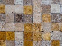 在墙壁上的方形的石瓦片 免版税库存图片