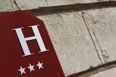在墙壁上的旅馆标志 免版税库存图片