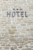 在墙壁上的旅馆标志 免版税库存照片