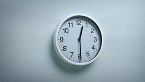 12 30在墙壁上的时钟 股票视频