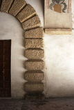 在墙壁上的曲拱 免版税库存图片