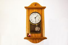 在墙壁上的木经典时钟德国样式在房子里 库存照片