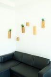在墙壁上的木花盆 免版税库存照片