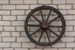 在墙壁上的木轮子 免版税图库摄影