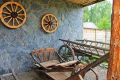在墙壁上的木马车车轮 免版税库存照片