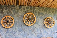 在墙壁上的木马车车轮 库存照片