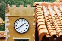在墙壁上的来回街道手表 免版税库存照片