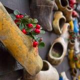 在墙壁上的构成从传统荷兰木鞋子- klompen障碍物 免版税库存图片