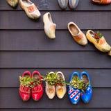 在墙壁上的构成从传统荷兰木鞋子- klompen障碍物 图库摄影