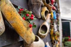 在墙壁上的构成从传统荷兰木鞋子- klompen障碍物 免版税图库摄影
