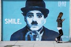 在墙壁上的查理・卓别林墙壁上的街道画 库存图片