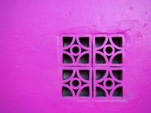 在墙壁上的桃红色具体块 免版税图库摄影
