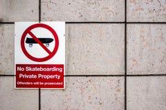在墙壁上的没有踩滑板的标志 皇族释放例证