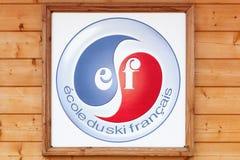 在墙壁上的法国滑雪学校商标 免版税库存图片