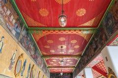 在墙壁上的泰国传统绘画和天花板在Wa亭子  库存图片