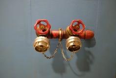 在墙壁上的消防栓 图库摄影