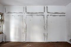 在墙壁上的湿气补丁在两个十字架形状  库存图片