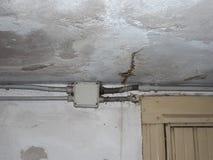 在墙壁上的潮阴阴湿气 免版税库存图片