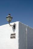 在墙壁上的灯笼在兰萨罗特岛 库存图片