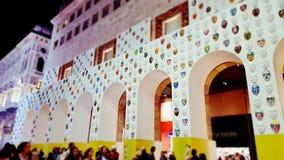 在墙壁上的狂欢节面具 免版税库存照片