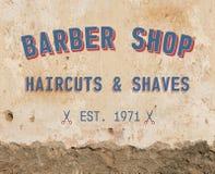 在墙壁上的理发师标志 库存图片