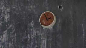 在墙壁上的生锈的老时钟在一个被放弃的大厦在切尔诺贝利,Pripyat,乌克兰中 影视素材
