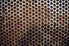 在墙壁上的生锈的金属栅格 免版税库存图片