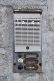在墙壁上的生锈的门铃 免版税库存图片