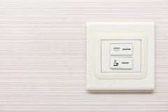 在墙壁上的电子开关按钮 免版税库存图片
