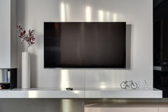 在墙壁上的电视 库存图片